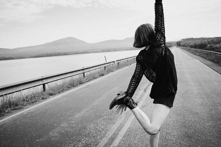 瑪雅霍克為AllSaints拍攝2017美國春夏紐約時裝周影片,展現清新純真的一...