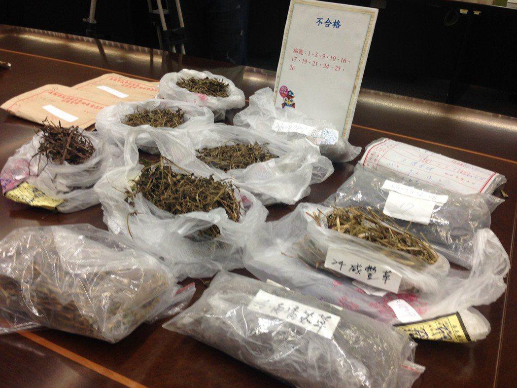 消保處今天公布「市售青草茶原料農藥殘留檢驗結果」,抽查30件市售青草茶原料,檢驗...