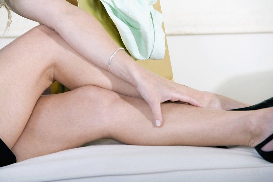 靜脈曲張輕則酸腫痛抽筋,嚴重時除了會因為雙下肢循環不良造成皮膚色素反黑硬化破皮、...