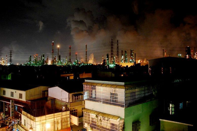 大林蒲鳳鼻頭居民晚上的夜景是石化工廠,這一片看似壯麗的風景,實然已經成為居民無法...