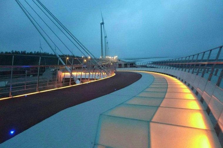 台中海濱新地標「高美濕地景觀橋」,為國內首座雙塔雙弧線造型的斜張橋,今日啟用後,...