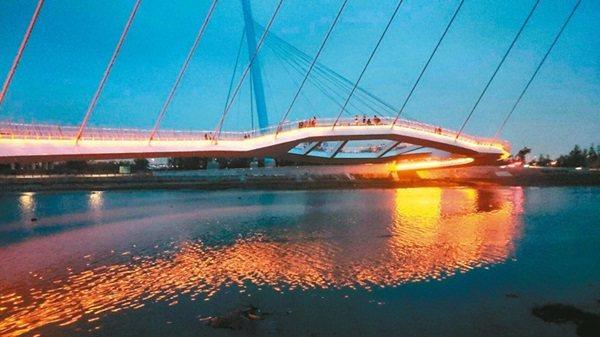 台中海濱新地標「高美濕地景觀橋」,為國內首座雙塔雙弧線造型的斜張橋,昨啟用後,遊...