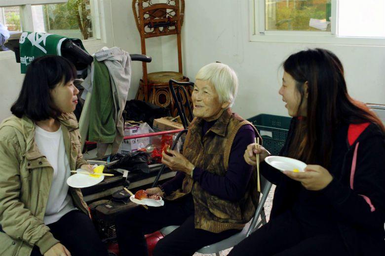 為了更瞭解農村故事,鳳梨急行軍走訪當地耆老,記錄下珍貴的農村記憶,並以年代為座標,出版地方誌《急行誌》。 圖/取自《鳳梨急行軍》