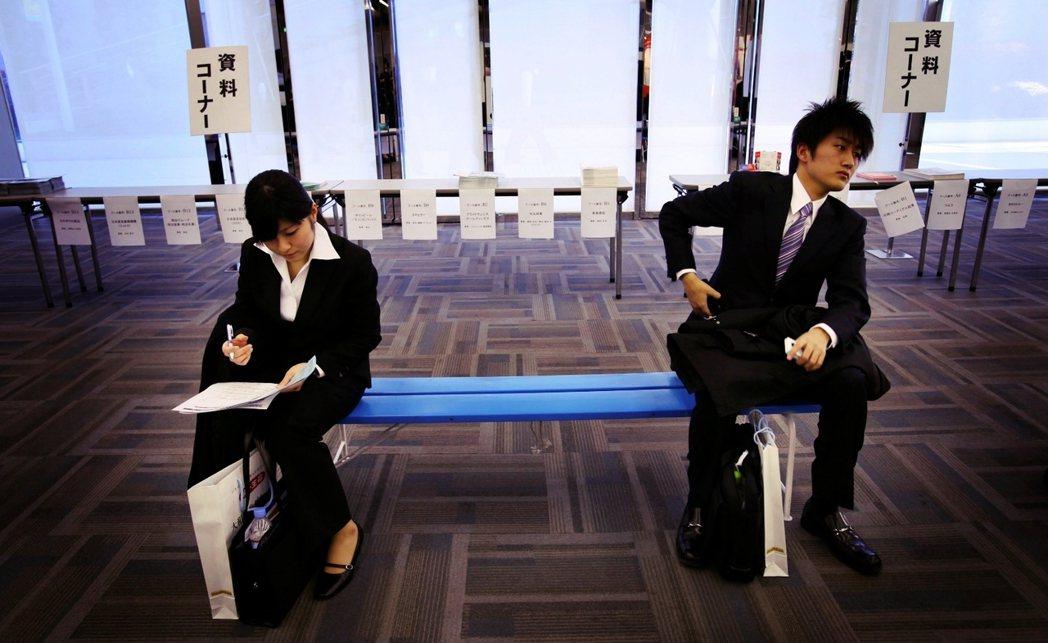 就職活動有一套規定的「制服」:男性穿西裝打領帶,女性則是穿白襯衫搭配黑色西裝外套...