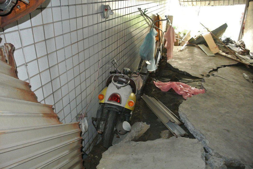 台南市安南區惠安街一處民宅,因土壤液化,造成房屋下陷約一公尺半。 本報資料照片
