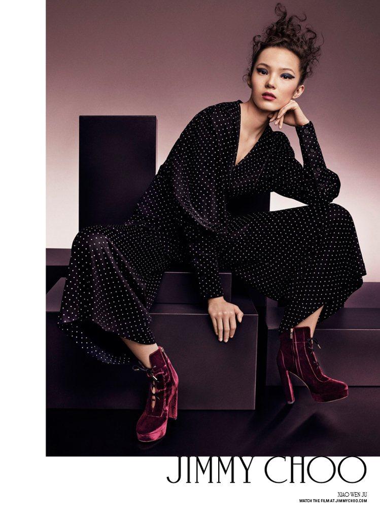 Jimmy Choo迎接品牌二十周年,找來七位知名模特兒入境秋冬廣告。圖為中國超...