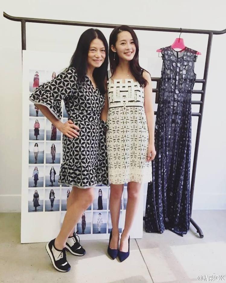Vivienne Tam(左)邀請中國新生代演員李沁前往紐約看秀。圖/擷自Viv...