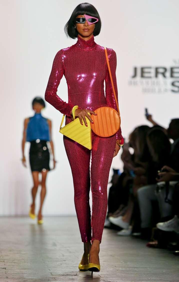 Jeremy Scott的餅干造成斜背包,趣味十足。(美聯社)