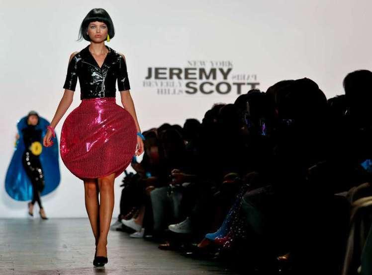 Jeremy Scott的光碟裙,充滿普普風趣味。(美聯社)