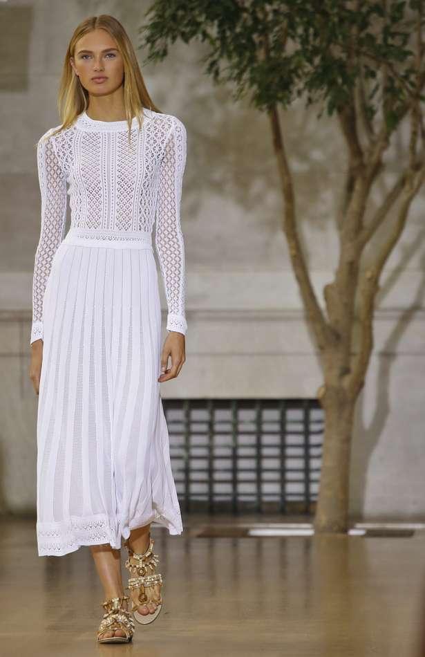 Oscar de la Renta以透明蕾絲詮釋奢華,風格優雅高貴。(美聯社)