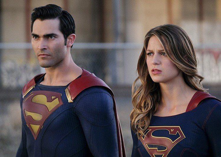 泰勒哈克林與梅莉莎班諾伊分別飾演超人和女超人。圖/摘自EW