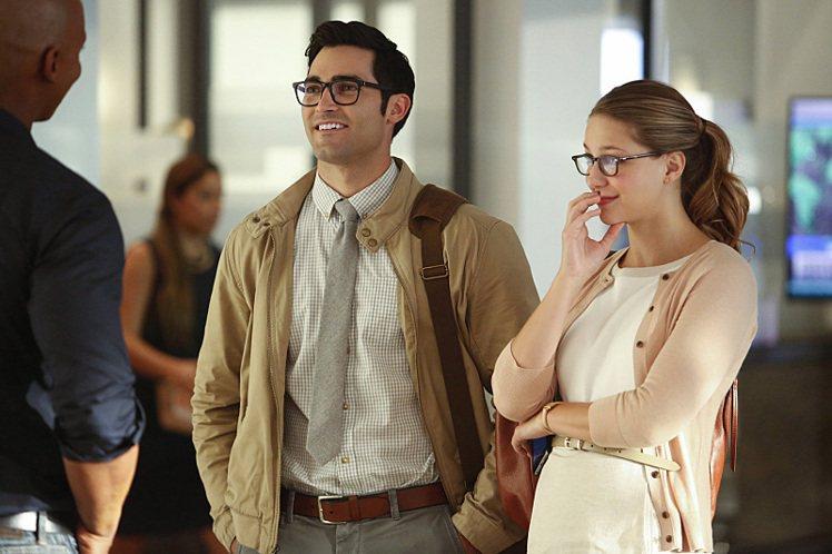 「女超人」第2季中,克拉克與卡拉平日都以媒體集團員工作偽裝。圖/摘自EW