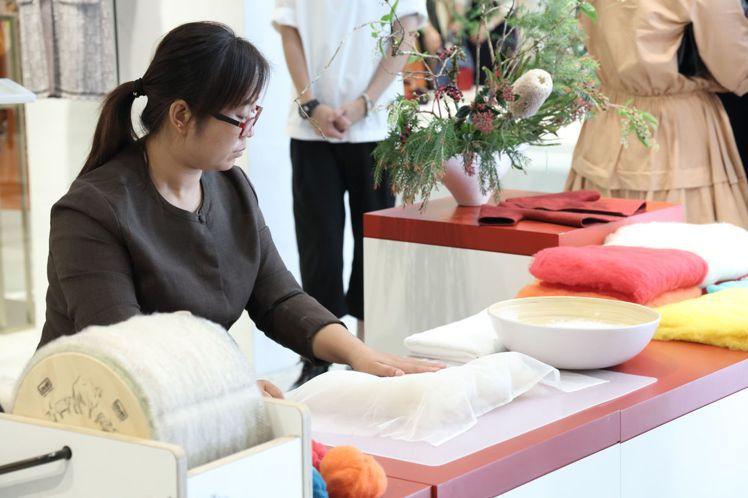 羊絨氈師傅的雙手,是無可取代的工藝技術。圖/ART HAUS提供
