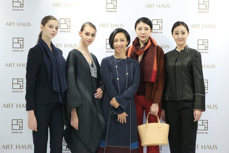 品牌設計師蔣瓊耳(中)與模特兒共同發表2016秋冬服飾。圖/ART HAUS提供