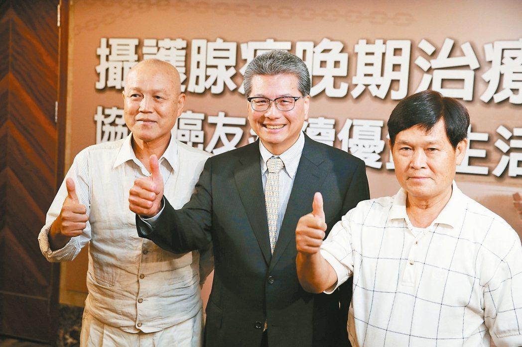 台北榮總一般泌尿科主任張延驊(中)和現身說法的病友林光亮(左)及蕭文彬(右),提...