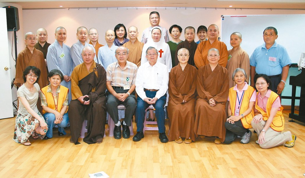 民國99年,陳榮基訓練多名臨床佛教宗教師。 圖/陳榮基提供