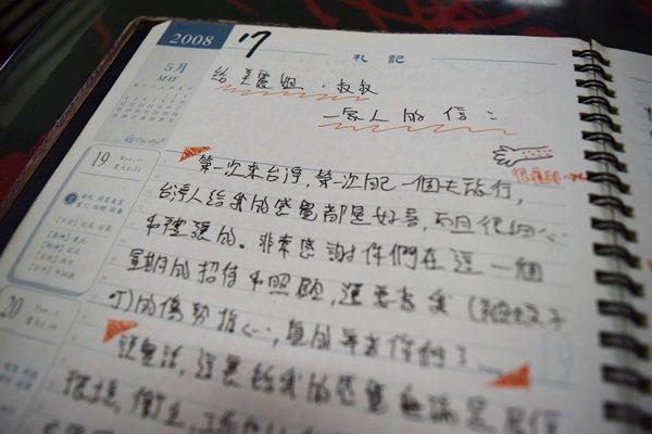 來自不同國家打工換宿的人,寫下給美麗姐的話,美麗姐已保留了好幾本回憶。