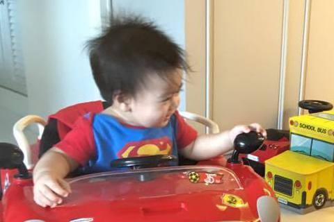 林志穎去年喜獲雙胞胎兒子,常常看到他在SNS炫嬰。14日他在臉書上曝光了雙胞胎的照片,照面中雙胞胎們坐著汽車造型的學步車,開心地「尬車」,似乎是遺傳到林志穎的「賽車魂」。林志穎還寫道:「兩位小超人比...