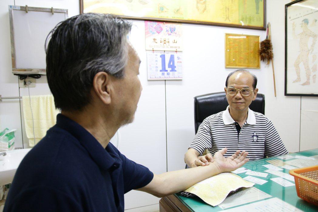 80歲徐煥琳在竹東鎮開中醫診所,一看就是56年,救人無數。記者葉建宏/攝影