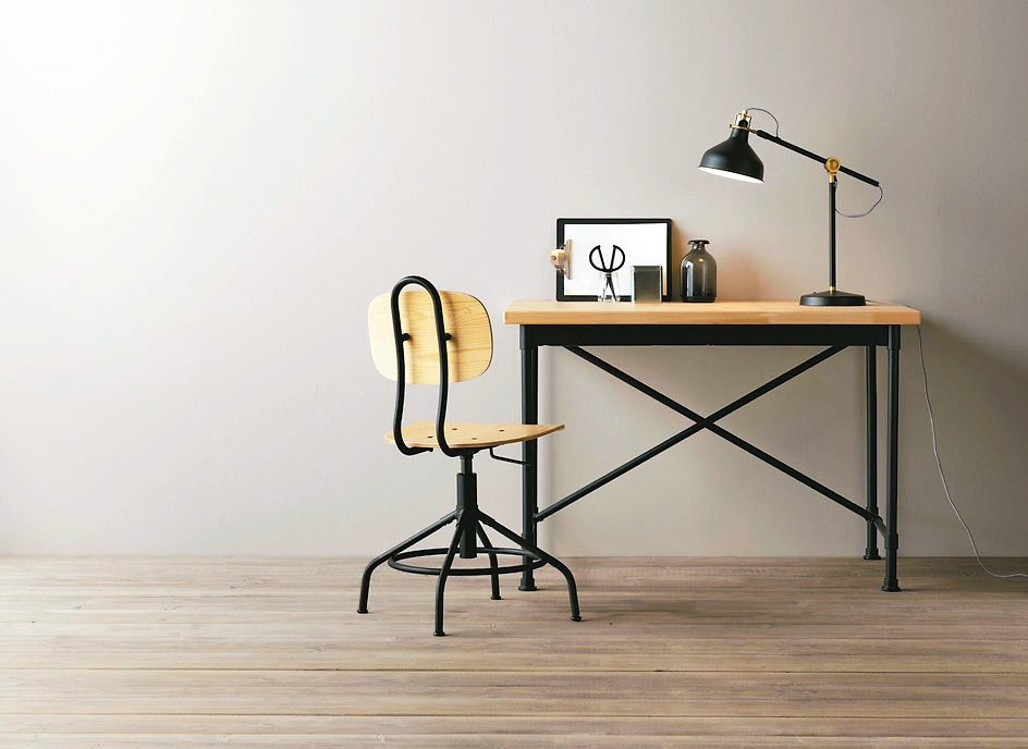 KULLABERG工作桌售價4995元、KULLABERG旋轉椅售價1995元。...