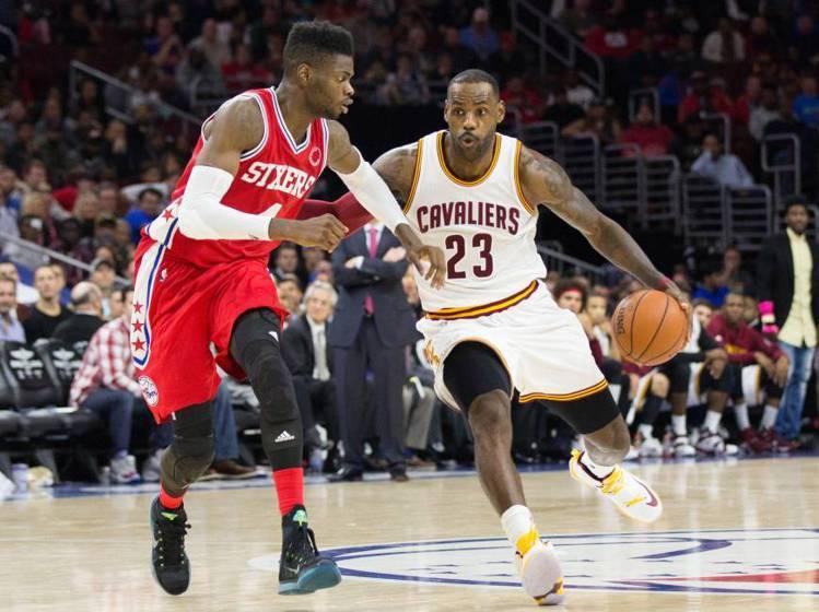 現代的籃球裝延續寬鬆主流,並且加穿緊身褲加強保護,各式護膝、護肘也登場。圖/路透