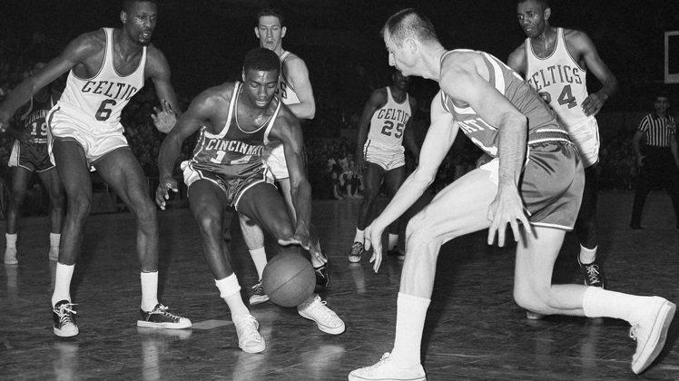 60年代NBA球星的服裝,短褲兩側有開叉設計。圖/美聯社