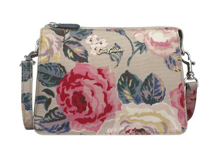 森林玫瑰印花側背包,3,080元。圖/Cath Kidston提供