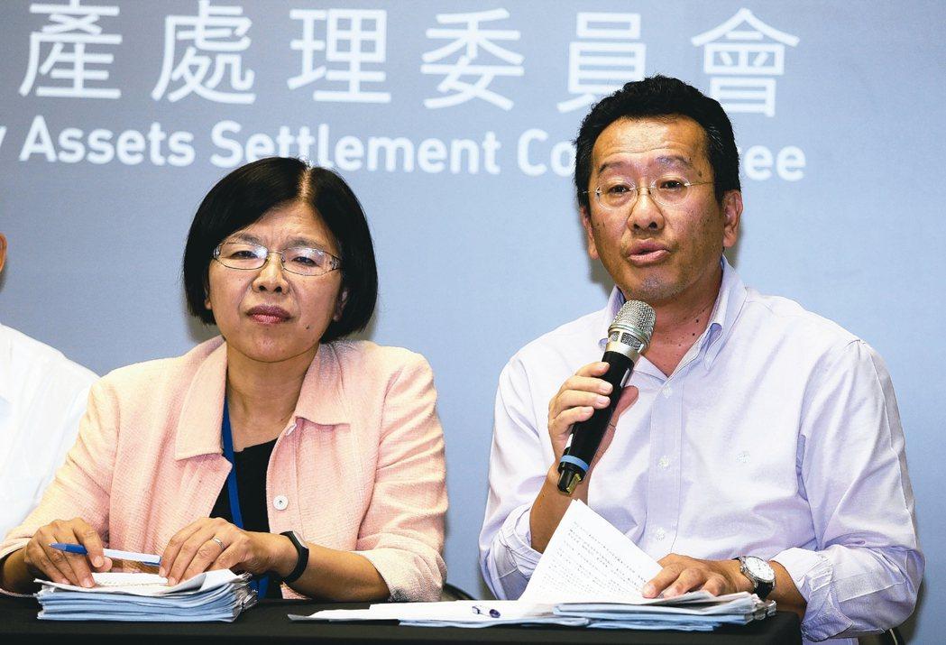 不當黨產處理委員會主委顧立雄(右),日前公開與媒體對嗆引發爭議。 報系資料照