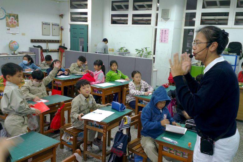 宗教團體的志工媽媽熱心協助小學辦理晨間故事閱讀,卻引來穿著制服在校園內恐有宣傳宗教的批評。(示意圖) 攝影/記者吳思萍