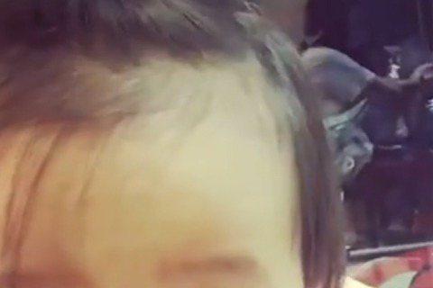 賈靜雯與修杰楷的女兒「咘咘」雙眼有著大大的圓珠,因此迷倒了不少網友。18日賈靜雯首次公開咘咘的影片,影片中的咘咘露出了兩顆小牙齒,還在鏡頭前喃喃自語,最後還對著鏡頭說「BYE BYE」,許多網友看了...