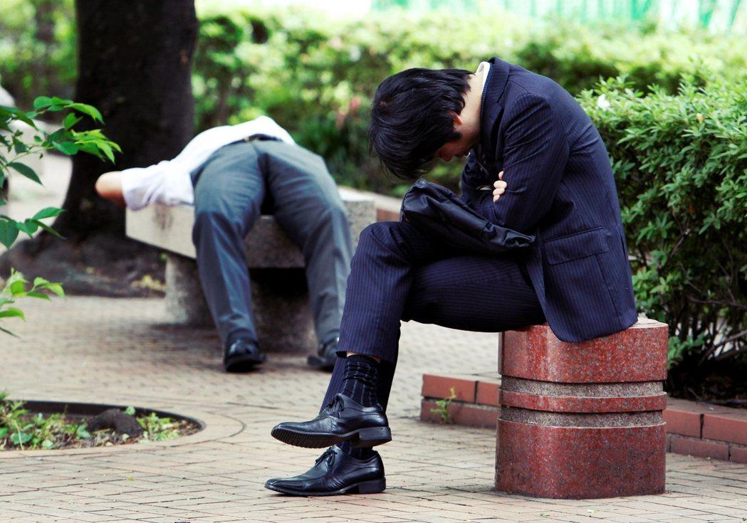 日本人平均勞動時間屬於世界數一數二,甚至產生了「過勞死」的現象。 圖/美聯社