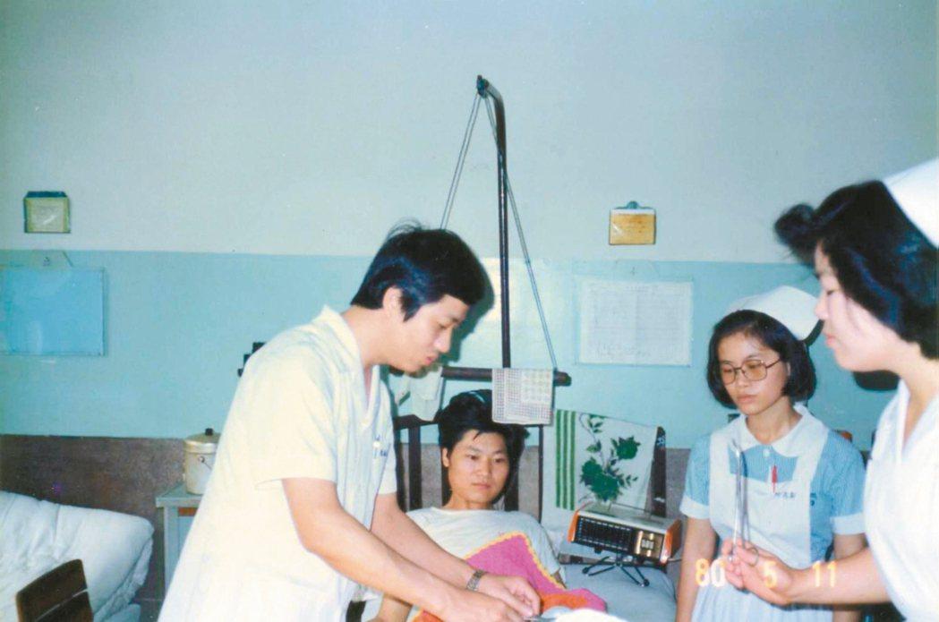 陳振佳(左)為病患看診。 記者廖雅欣/攝影 圖/羅東聖母醫院提供