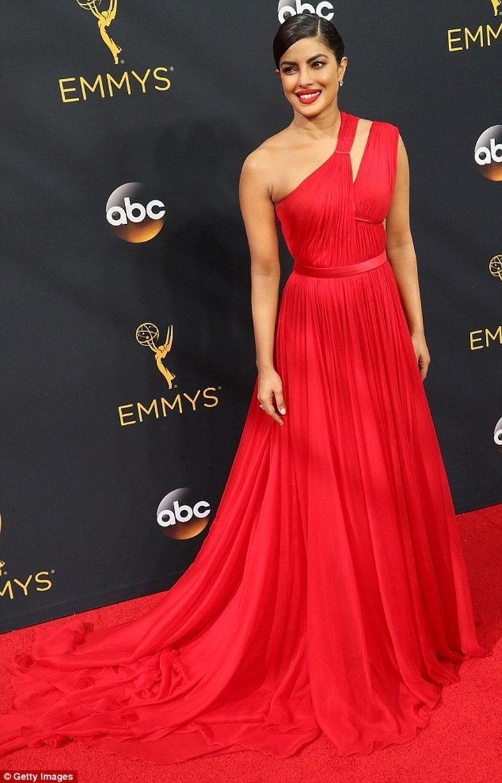 琵豔卡喬普拉身穿台裔設計師吳季剛設計的紅色禮服。圖/摘自dailymail