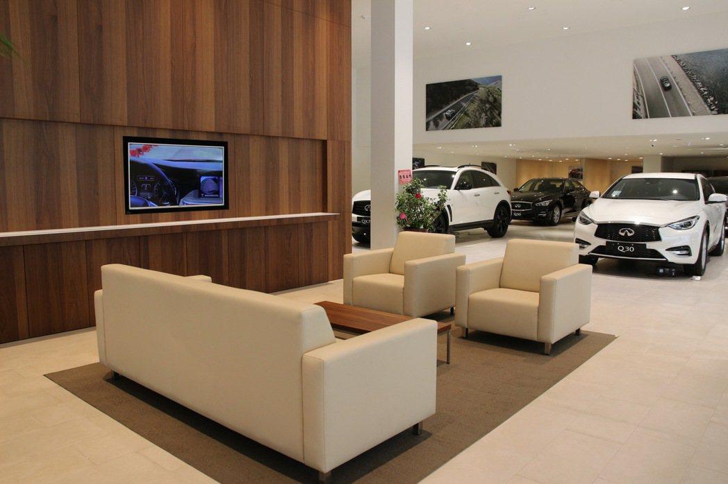 INFINITI 全球設計規範旗艦展示中心透過融合Lobby (接待)、Loun...