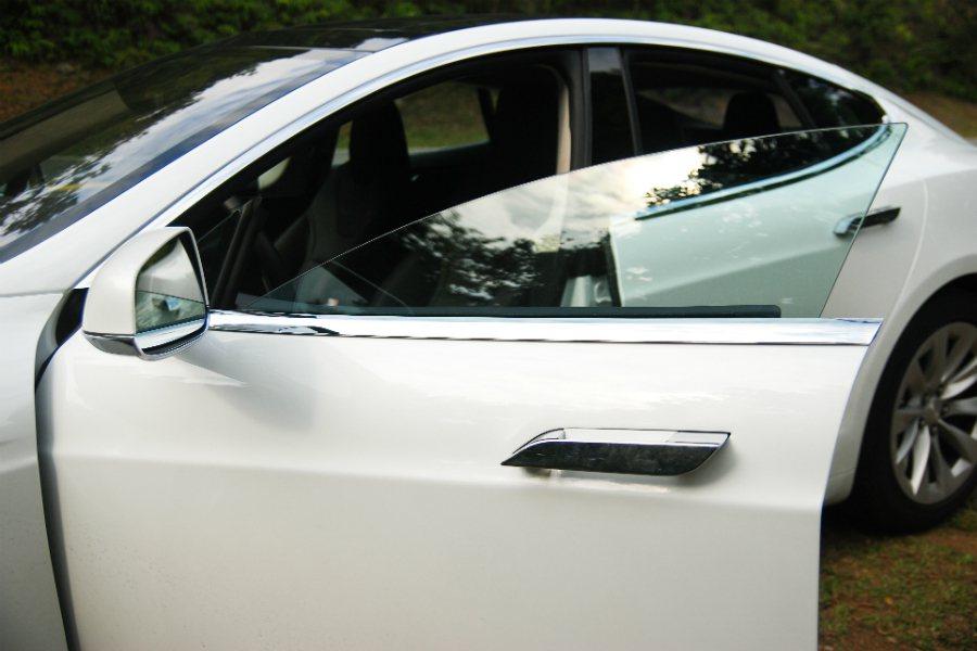 豪華車常見的無窗框設計,在 Tesla Model S 也能看到。 記者林鼎智/...