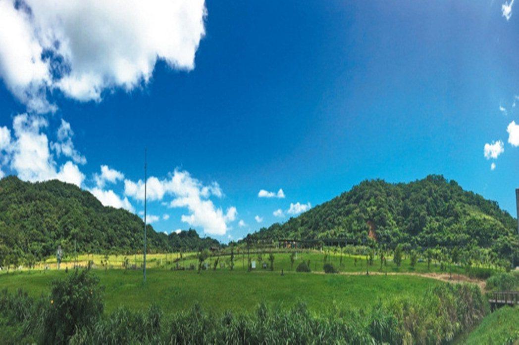 山水綠生態公園有遼闊的草皮(圖),並設有溜滑梯區。 記者張世杰/攝影