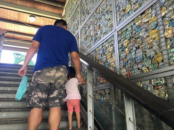 山水綠生態公園的遊具場充滿特色,擁有好幾面用回收鐵鋁罐搭建的環保牆,強調資源回收...