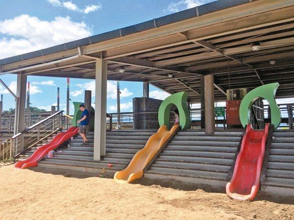 山水綠生態公園有遼闊的草皮,並設有溜滑梯區(圖)。 記者張世杰/攝影