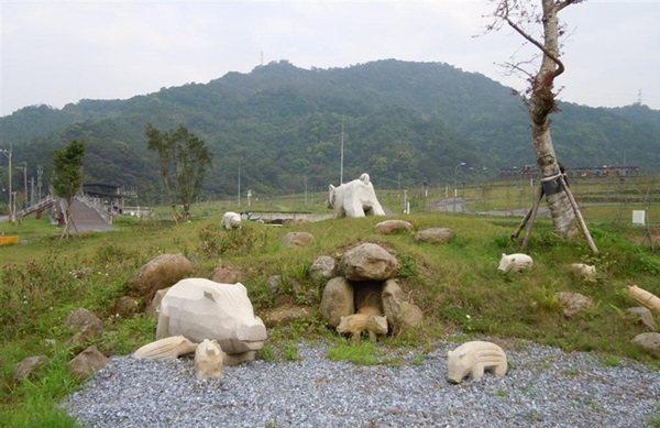 位於南港區的「山水綠生態公園」,原為山豬窟垃圾掩埋場,改建後也設置山豬意象裝飾作...