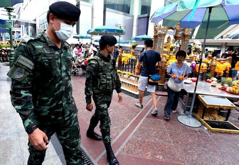 曼谷市中心警備森嚴,尤其在遊客眾多,又曾發生過爆炸案的四面佛像處。 圖/歐新...