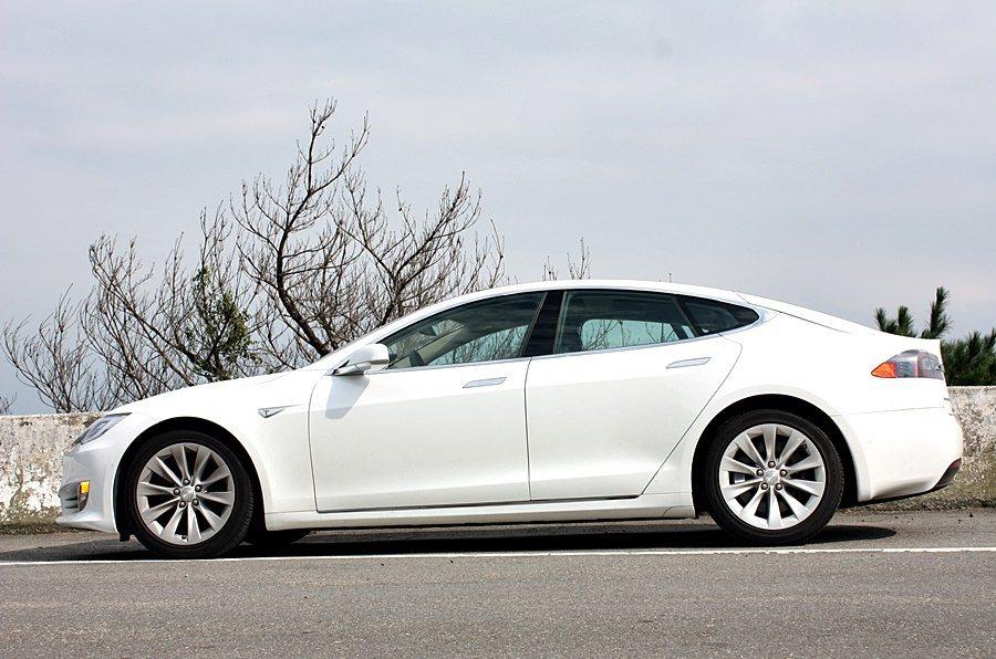 Tesla 提供 19吋與 21吋輪圈的選配項目,此次試駕車款為 19 吋,原廠...