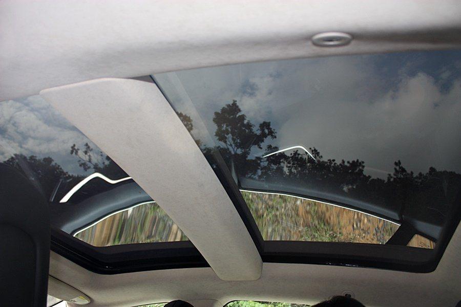 選配的全景電動天窗提供良好的通風、採光效果。 記者林和謙/攝影
