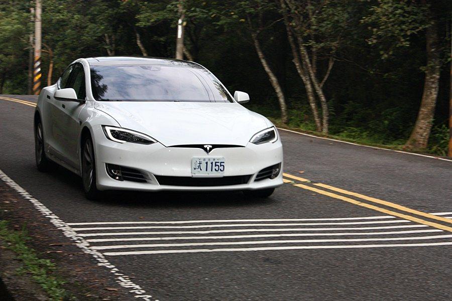 此次試駕的 Model S 90D 加速相當直接、線性。 記者林和謙/攝影