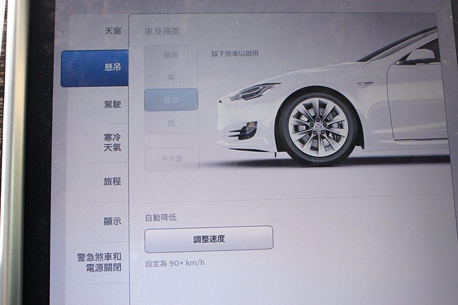 中控台 17 吋觸控螢幕提供多項功能選擇,包括:氣壓懸吊(選配)高低、煞車動能回...