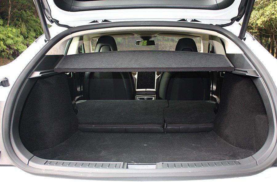 後行李廂在傾倒座椅後,置物空間可達 894 公升。 記者林和謙/攝影