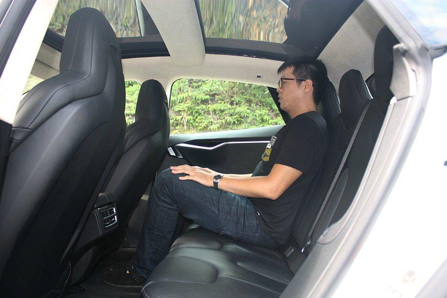以記者 178 公分的身高為例,後座的腿部空間相當寬裕,但頭度空間因斜背設計而略...