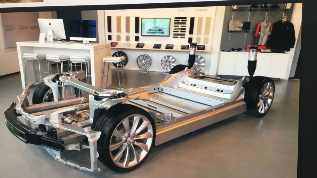 在 Model S D 款雙電動馬達車型中,電池擺放位置在底盤的前、後方,可維持...