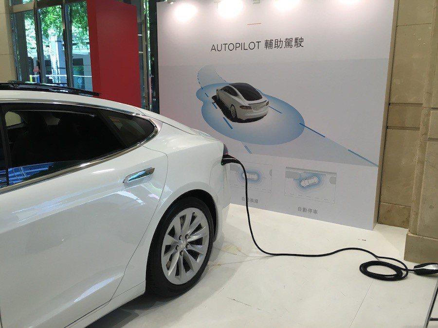 Tesla 可接家用插座進行充電,並提供電池、驅動元件(馬達)8年不限里程保固、...