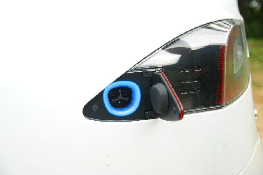 充電孔位於左後方車尾燈,輕輕觸壓即可進行啟閉。 記者林鼎智/攝影
