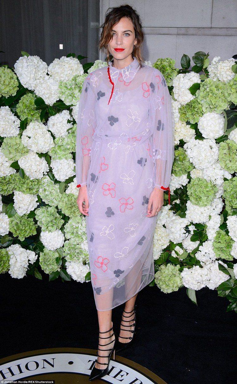 艾里珊鍾的透膚洋裝流露夢幻優雅的氣質。圖/摘自英國每日郵報
